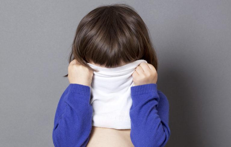 ujo lapsi piiloutuu paidan sisään