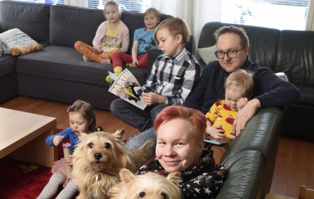 Miia ja Jaakko Apajan perheeseen kuuluvat Laurin, 9, kaksosten Venlan ja Sampon, 7, Kaisan, 4, ja Reiman, 2, lisäksi norwichinterrierit Enna ja Eppu.