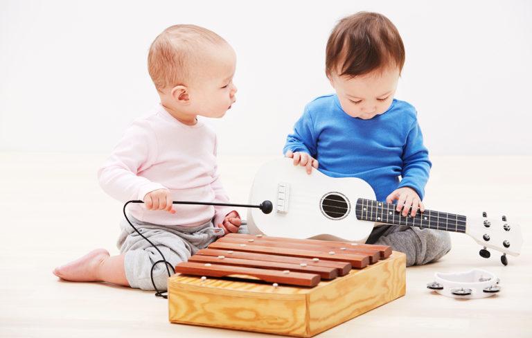 Vauvat tutkivat soittimia.