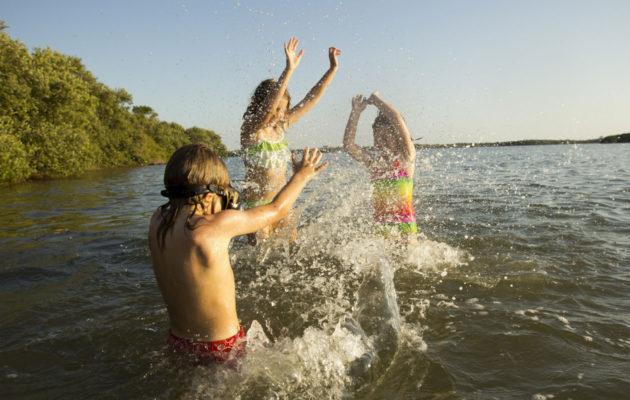 Vaikka lasten vesileikit näyttäisivät olevan hallinnassa, vanhemman on pidettävä huoli turvallisuudesta.