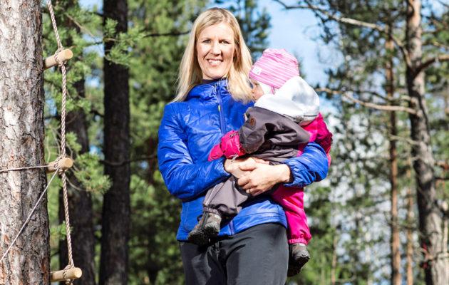 Sari Multala nauttii lastensa Erinin, 1, ja Merin, 3, kanssa ulkoilemisesta. Pihapuuhissa saa myös Sarin arjessa uuteen arvoon noussutta hyötyliikuntaa.