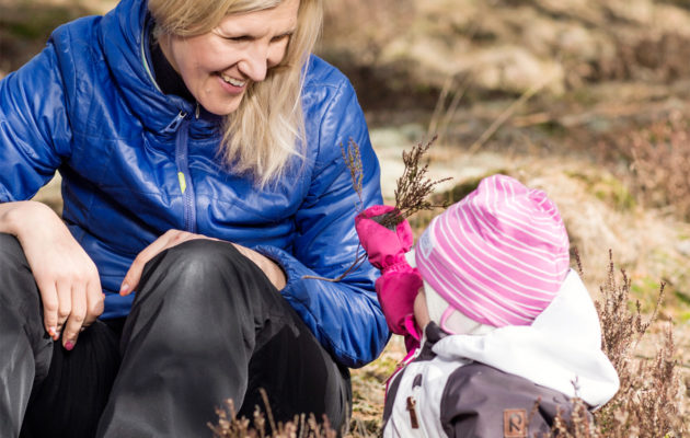 Sari Multala ja tytär pihalla