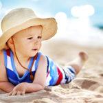 Auringonpaisteesta on ihana nauttia! Lierihattu suojaa lapsen kasvoja, korvia ja niskaa auringolta, ja vartalon voi suojata vaatteilla ja lapsille tarkoitetuilla aurinkovoiteilla.