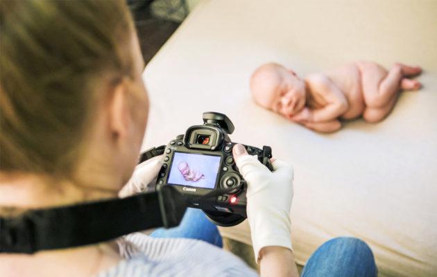 Kuvaaja Laura Schneider valokuvaamassa vastasyntynyttä.