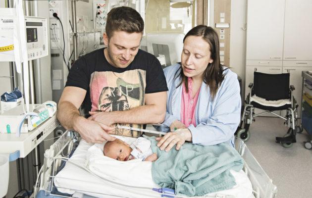 Vastasyntynyttä Lukaa hoidetaan teho-osastolla, sillä hänen verensokeriarvonsa heittelee. Äiti Johanna toipuu raskausmyrkytyksestä, ja isä Jonatan on yöpynyt osastolla vauvan kanssa.