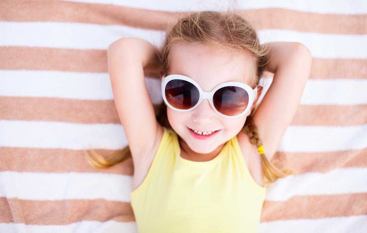 pieni tyttö ja aurinkolasit
