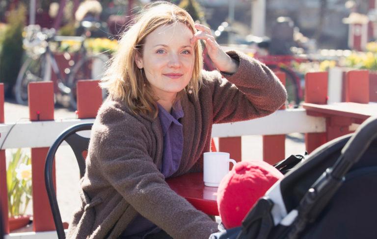 Näyttelijä Elena Leeve nauttii puistoilusta lasten kanssa.