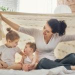 Hoitaako isommat lapset kotona vai laittaako päiväkotiin, kun uusi vauva syntyy?