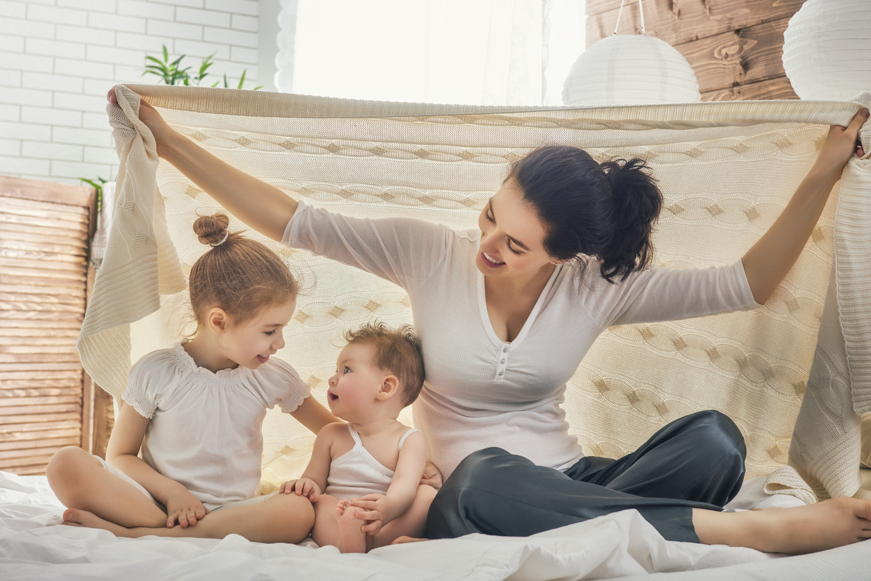 Lasten pitäminen kotona päiväkodin sijaan, kun uusi vauva syntyy, jakaa tunteita.