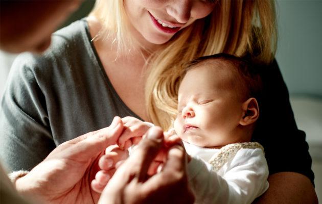 Rakkauden syttymiseen omaa lasta kohtaan vaikuttaa se, millaisia hoivatuksi tulemisen kokemuksia tuoreella äidillä itsellään on.