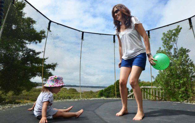 Vanhemman valvonnassa trampoliini on turvallinen pienellekin lapselle, kunhan trampoliinissa on kunnollinen suojaverkko.