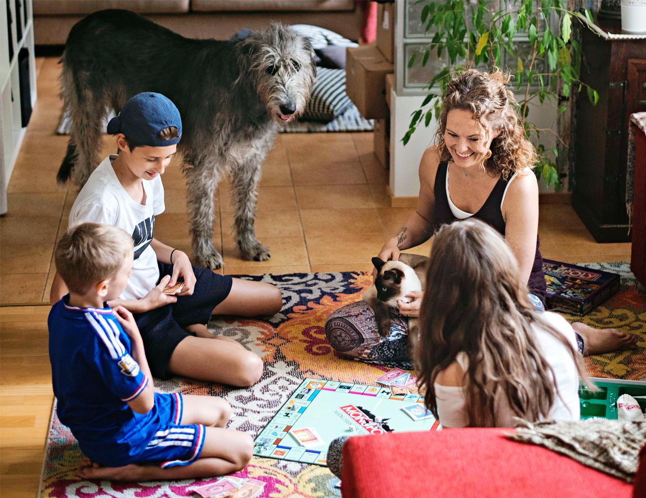 Tara Langen koti on aina täynnä elämää. Siitä pitävät huolen uusperheen viisi lasta ja neljä lemmikkiä.