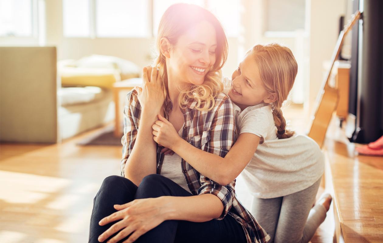 Tytär halaa äitiään