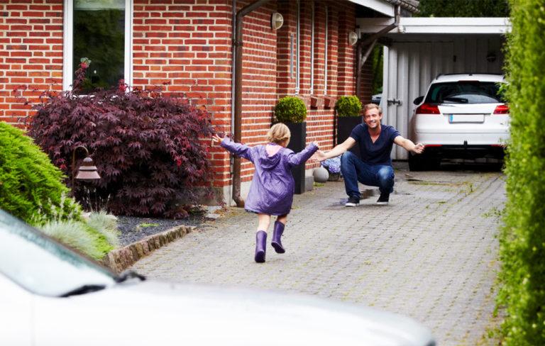 lapsi juoksee isän luokse