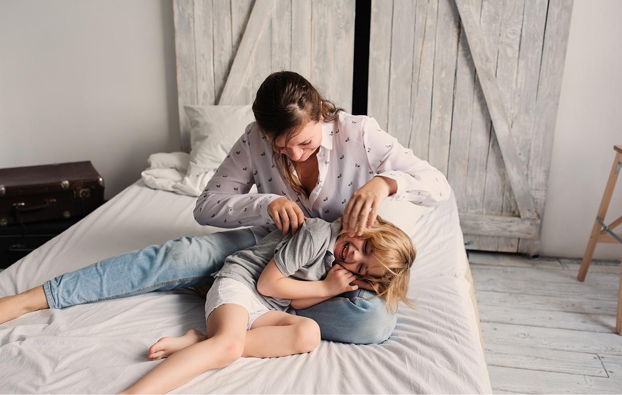 äiti leikki lapsensa kanssa