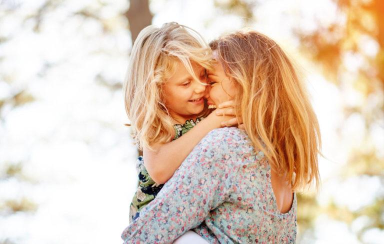 Herkkä lapsi voi rasittua melusta ja ihmisvilinästä.