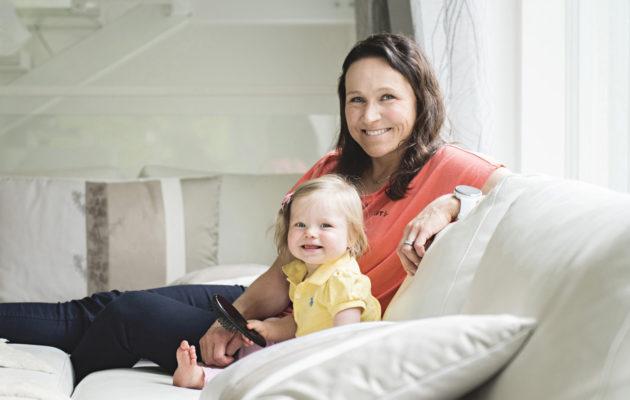 Hiihtäjä Aino-Kaisa Saarisen Amanda-tytär on jo kokenut reissaaja, sillä hän matkusti ensimmäisenä vuotenaan usein äitinsä mukana leireillä.