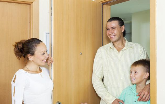 Tee uuden kumppanin esittelystä lapselle turvallinen tilanne.