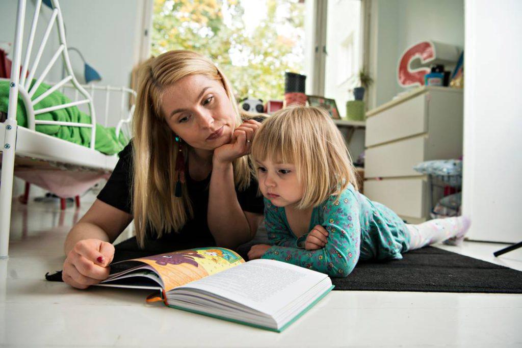 Essi Hellén lukee tyttärelleen