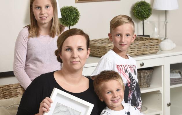 Hannele, Iida, Eino ja Urho perheen Oulun-kodissa.