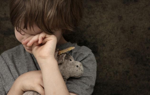 Väkivaltaa kokeneiden lasten on usein vaikea puhua asiasta.