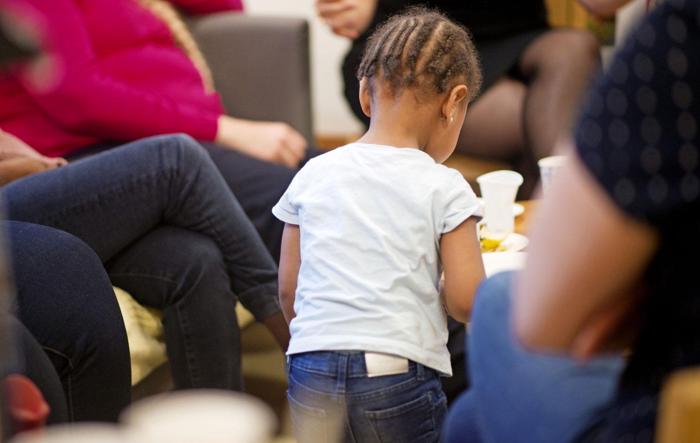 Lapset leikkivät lastenhoitajan kanssa sillä aikaa, kun äidit purkavat sydäntään.