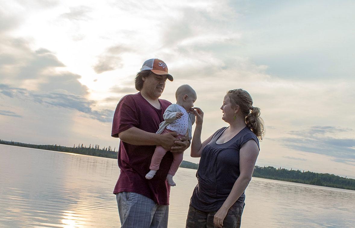 Taiga tule oppimaan koulussa paikallista intiaanikieltä. Nyt isä Mark puhuu tytölle englantia ja äiti Siru suomea.