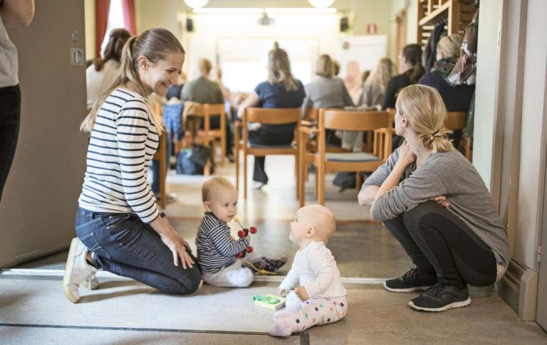 Hanna Shkurov ja Einar, 11 kk (vas.), sekä Elina Makkonen ja Mila, 8 kk, osallistuivat Mothers in Business -verkoston aamutilaisuuteen.