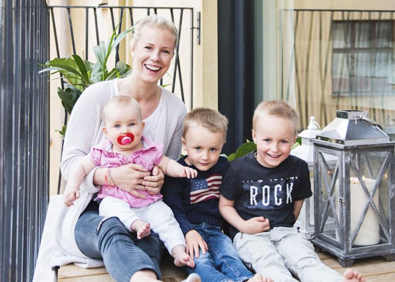 Anette Tallberg sylissään Ciara, vieressä isoveljet Elliot, 3, ja Morgan, 5.