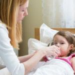 Riittävä nesteiden juominen edistää influenssan paranemista.