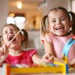 Lasten leikin on hyvä antaa sujua omalla painollaan, mutta joskus he saattavat tarvita kaverisuhteisiin aikuisen apua.