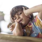 Lapsi muuttuu usein levottomaksi silloin, kun hän pitkästyy. Se on normaalia, eikä siitä tulisi rangaista.