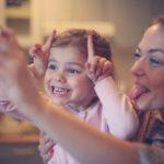 Lapsi rakastaa hassutella vanhempiensa kanssa.