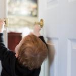 Lapsi ei välttämättä saa ovea auki, jos hän jää yksin lukkojen taakse. Häntä voi kuitenkin rauhoitella suljetun oven takaa, ennen kuin apu saapuu paikalle.