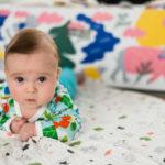 Äitiyspakkaus 2018 -paketissa on tuttuun tapaan suloisia eläinkuoseja. Uusia tuotteita kuvauksissa ensimmäisenä kokeilemaan pääsi Luca-vauva.