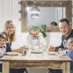 Sonja ja Juha Orrenmaa turvautuvat kiireessä eineksiin. Akseli syö mieluusti pinaattilettuja, ja Iisakille maistuu purkkiruoka.