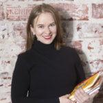 Kirjailija Satu Rämö hemmottelee itseään äänikirjoilla ja urheilemalla.
