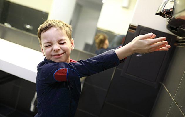 Lapsen kanssa julkisessa vessassa voi huomata, että käsikuivain on kiinnostavampi asia kuin mitä itse voisi ajatella.
