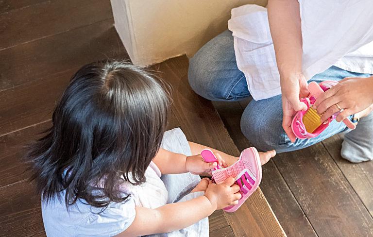 Lapsi saa itsekin helposti kengät oikeisiin jalkoihin, kun vanhempi hyödyntää tätä nerokasta niksiä.