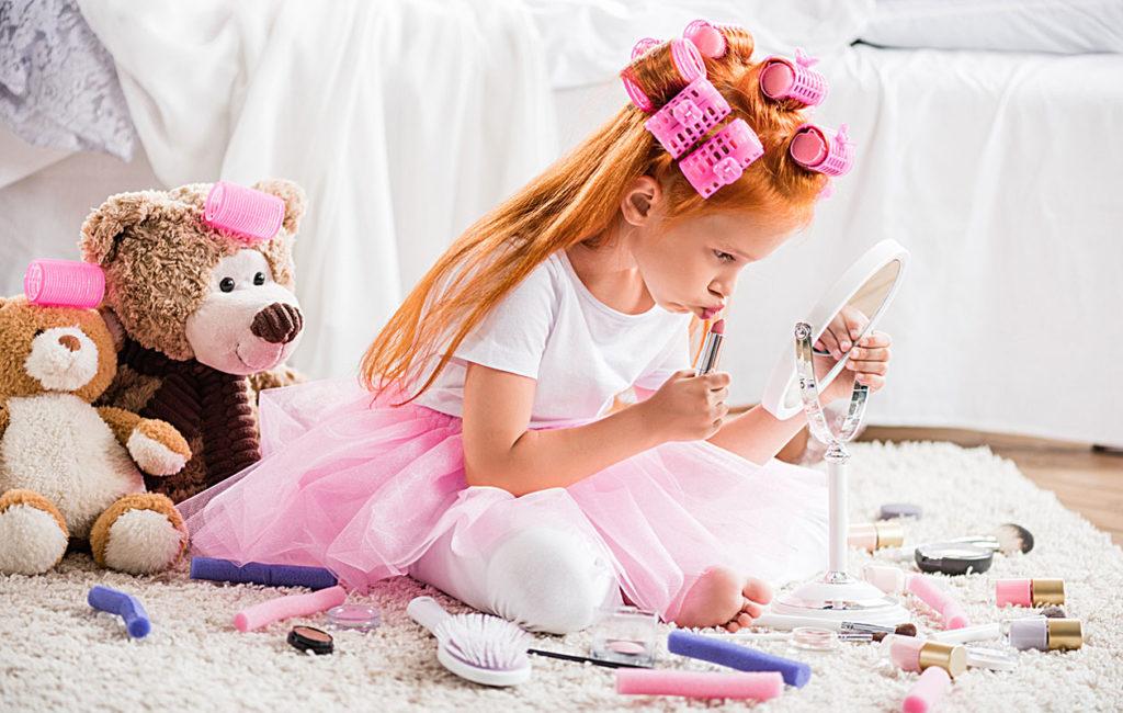 lapsi-meikkaamassa