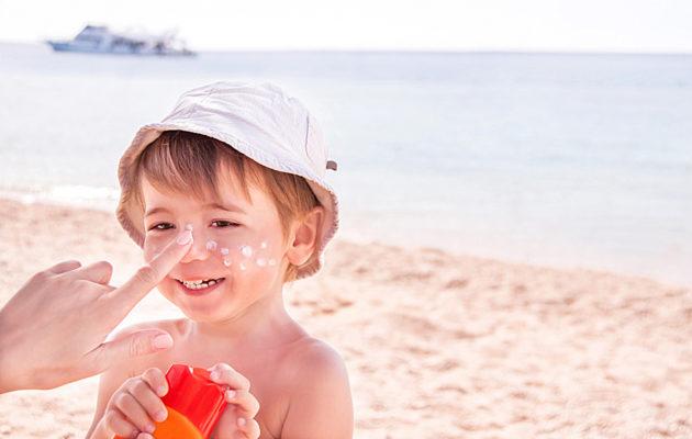 Lasten aurinkovoiteet suojaavat lapsen ihoa palamiselta uintireissuilla.