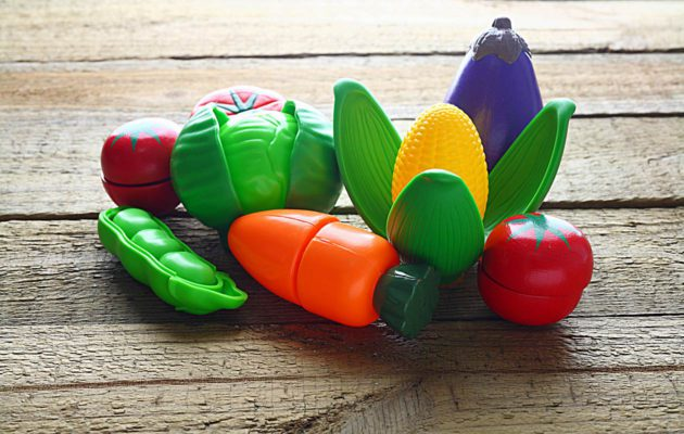 Lasten lelut saa puhtaaksi ruokasoodan avulla. Siivous sujuu näin myrkyttömästi.