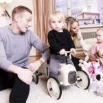 Mikael ja Metti Forssellin perheessä vanhemmuus jaetaan tasapuolisesti.