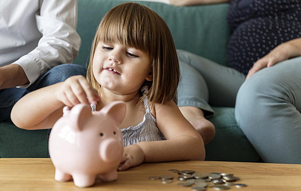 Helppo tapa opettaa taloustaitoja lapselle on säästöpossu, joka tutustuttaa lapsen rahan säästämiseen.