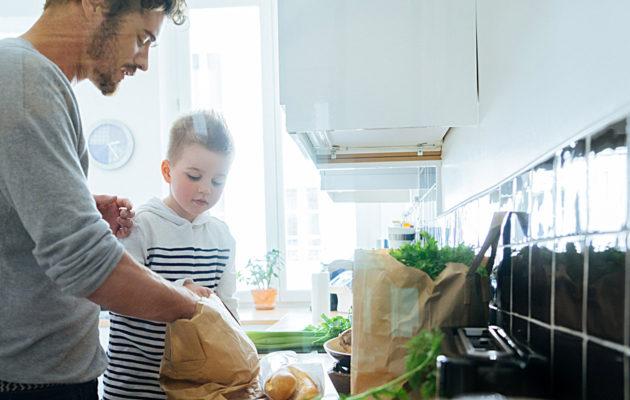 Taloustaitoja lapselle voi opettaa myös laittamalla ruokaa yhdessä.