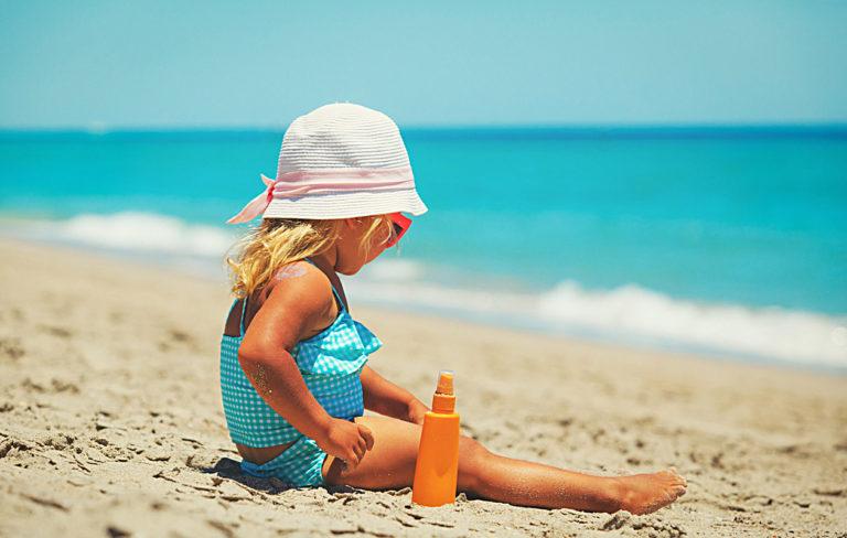 Lasten aurinkovoiteet ovat usein aikuisten voiteita paksumpia, mikä auttaa huomaamaan, mihin kohtiin voidetta ei ole vielä levitetty.