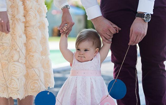 Häihin ja juhliin pukeudutaan hienosti. Vauvan kanssa mukaan kannattaa ottaa vaihtovaatteet vahinkojen varalta.