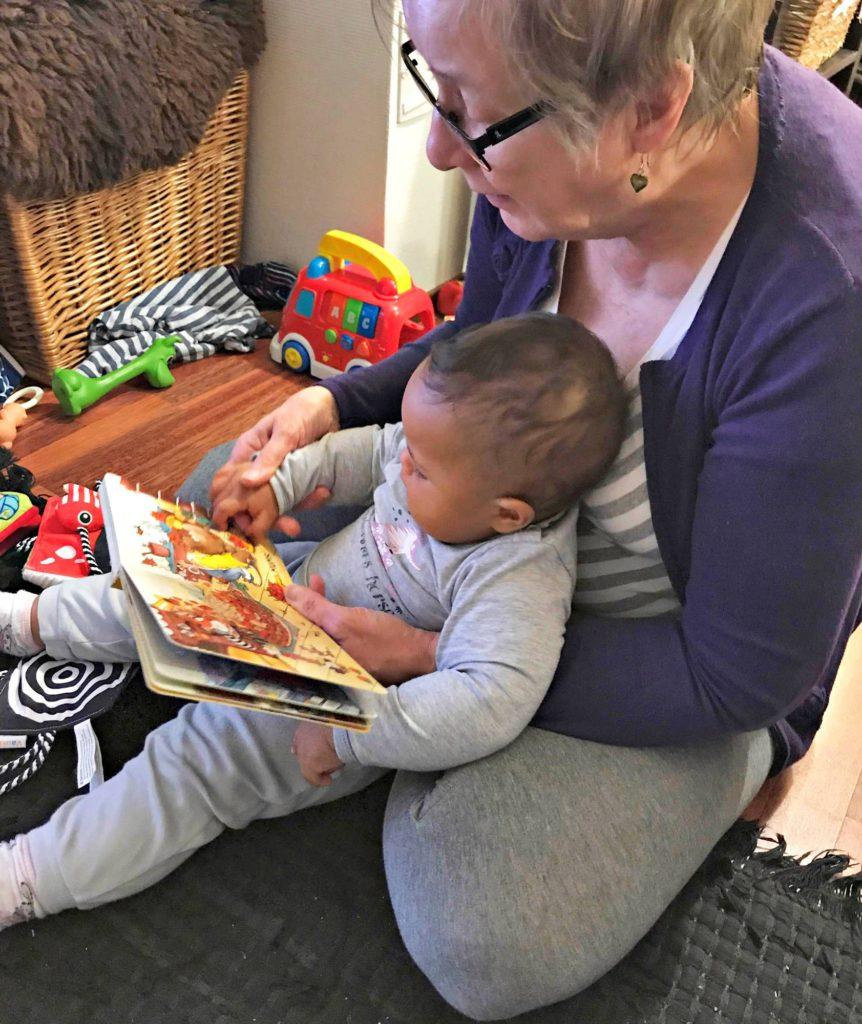 21.10.2017: Mummu lukee Nellalle kirjaa.