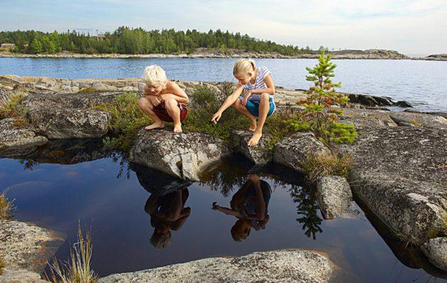 Usein jo kodin lähistöltä löytyy edullista tekemistä lasten kanssa kesällä.