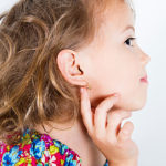 Ikärajaa tärkeämpi mittari on asiantuntijoiden mielestä lapsen halu saada korvakorut.